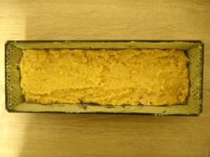 Form fetten, mit Maismehl ausstreuen, Teig hineingeben
